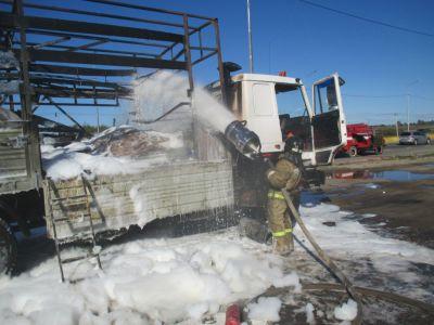 Надороге Вологда— Новая Ладога удорожников зажегся грузовой автомобиль