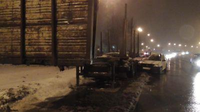 ВЧереповце иностранная машина въехала вполуприцеп, двое пострадавших