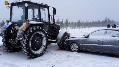 Надороге Вологда— Новая Ладога «Ланос» перебрал легковую машину, трактор ибольшегруз