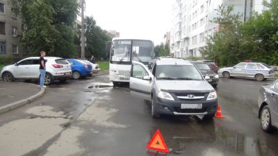 ВВологде автобус №4 врезался в легковую машину: три пассажирки отправлены вбольницу