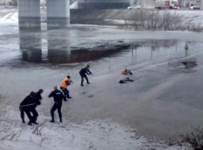 ВВологде спасли провалившегося под лед школьника ипомогавшего ему мужчину