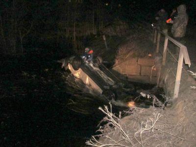 ВКирилловском районе мужчина наФорде съехал вреку, умер пассажир иномарки