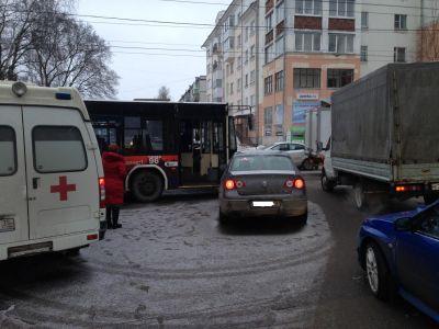 Две пассажирки автобуса получили травмы врезультате происшествия надороге синомаркой вВологде